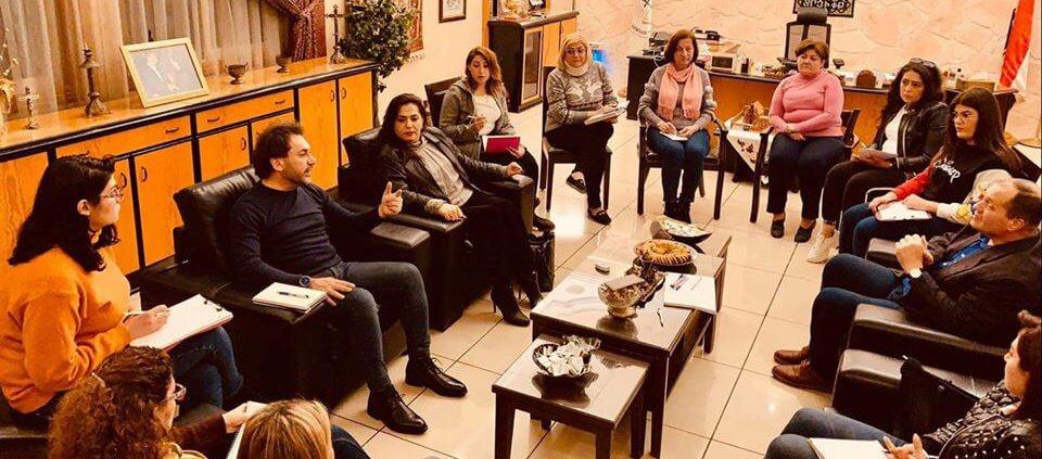 Pfarrer Harout Selimian in der Besprechung mit Lehrern und Angestellten der Poliklinik