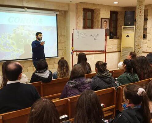 Medizinstudent Hagop Daghlian spricht mit er Jugend über Coroana