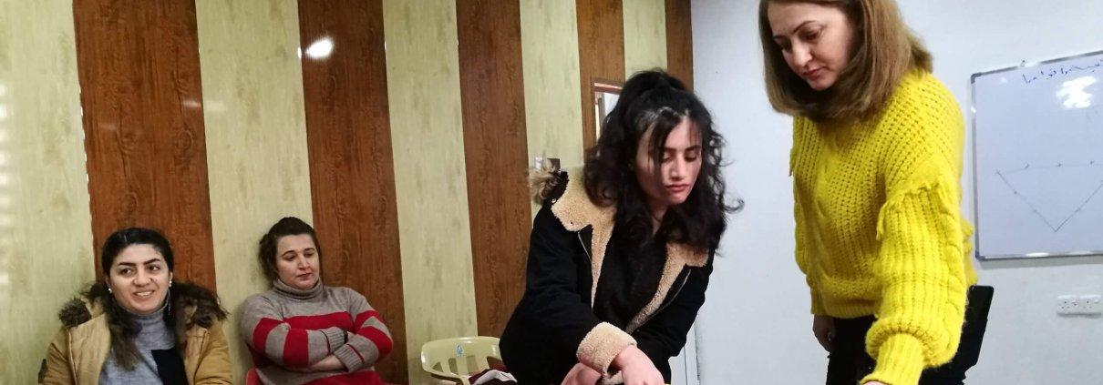 Ganz rechts im Bild: Atur mit einer Teilnehmerin