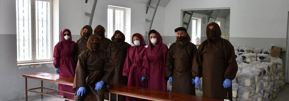 Ein Team von DIACONIA bei der Verteilung von Hilfsgütern