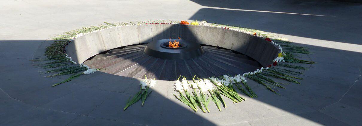 Hier die ewige Flamme in der Mitte des Genozid-Denkmales in Eriwan, Armenien