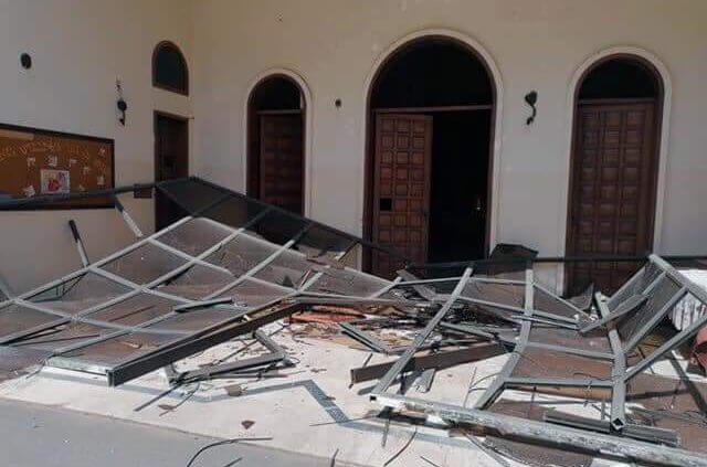 Zerstörte Aluminiumtür der Nor Marash Gemeinde in Beirut